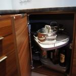 Biała kuchnia z elementami drewna - nerka