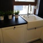 Kuchnia prowansalska w kolorze białym - zlew i bateria