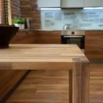 Meble kuchenne z drewnianym blatem